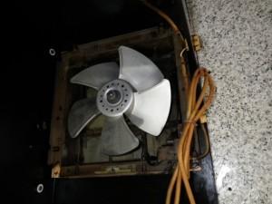 みよし市 フード内金属換気扇取替工事 施工中